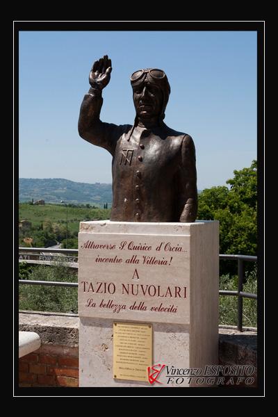 Statua di Tazio Nuvolaria a San Quirico d\'Orcia